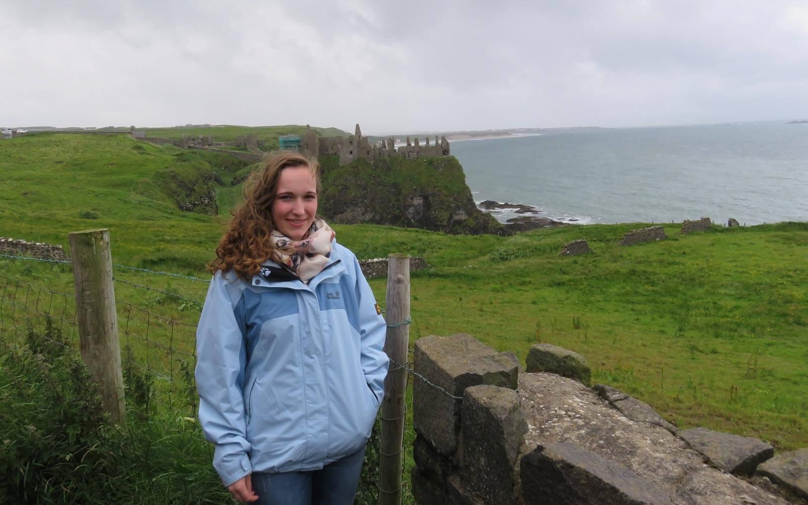 Maren am Dunluce Castle in Irland