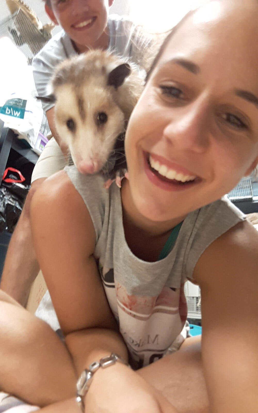 Wildlife-Volunteer Nina mit Opossum Spooky