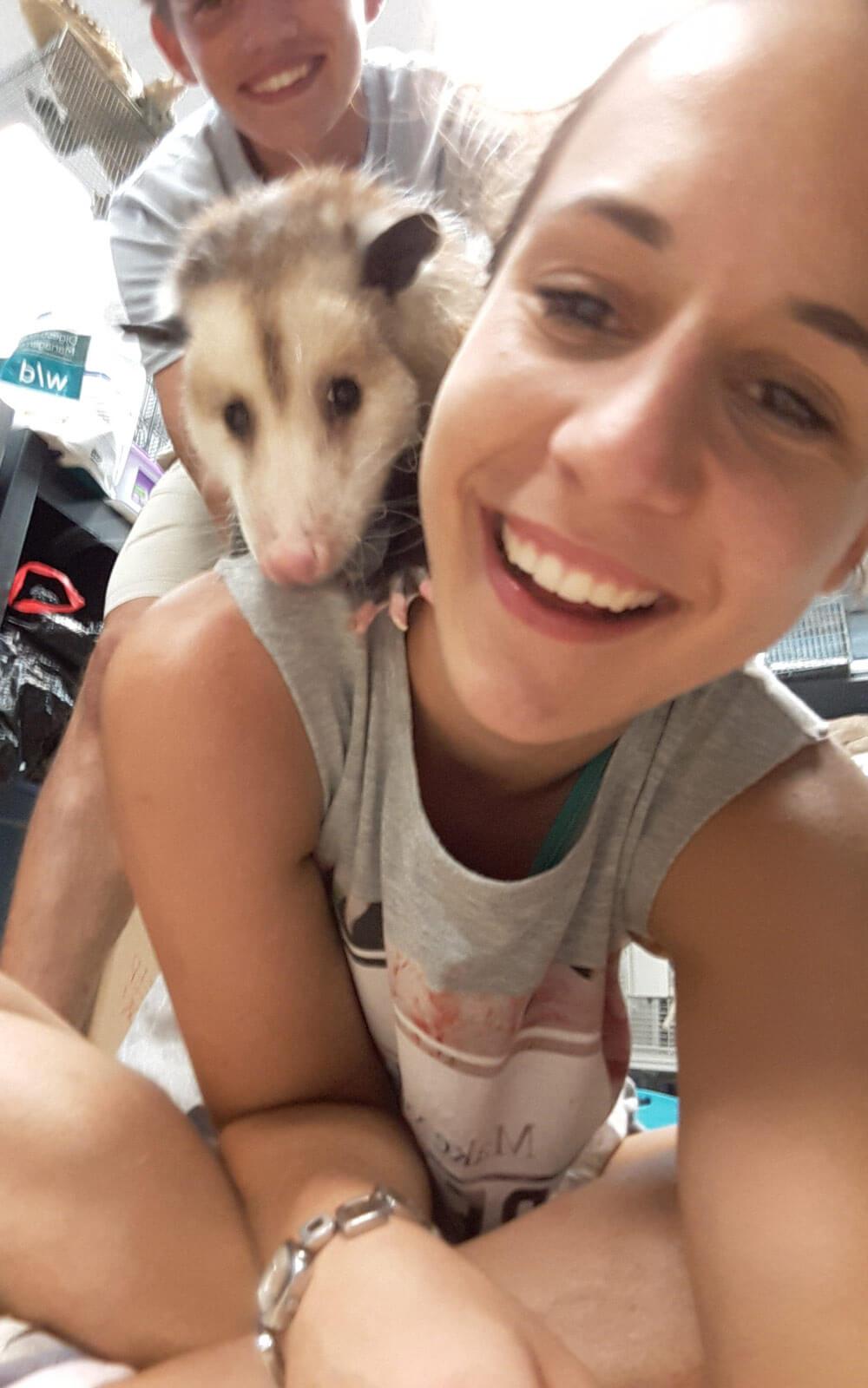 Wildlife-Volunteer Nina mit Opossum Spooky
