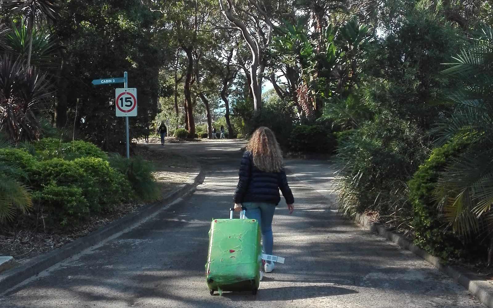 Mädchen mit Koffer in Australien