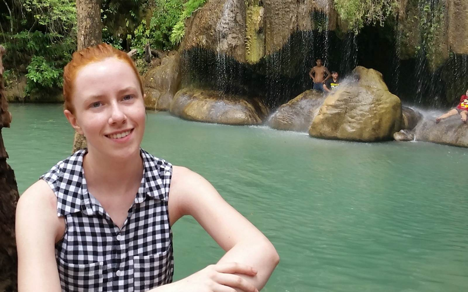 Verena am Wasserfall in Thailand