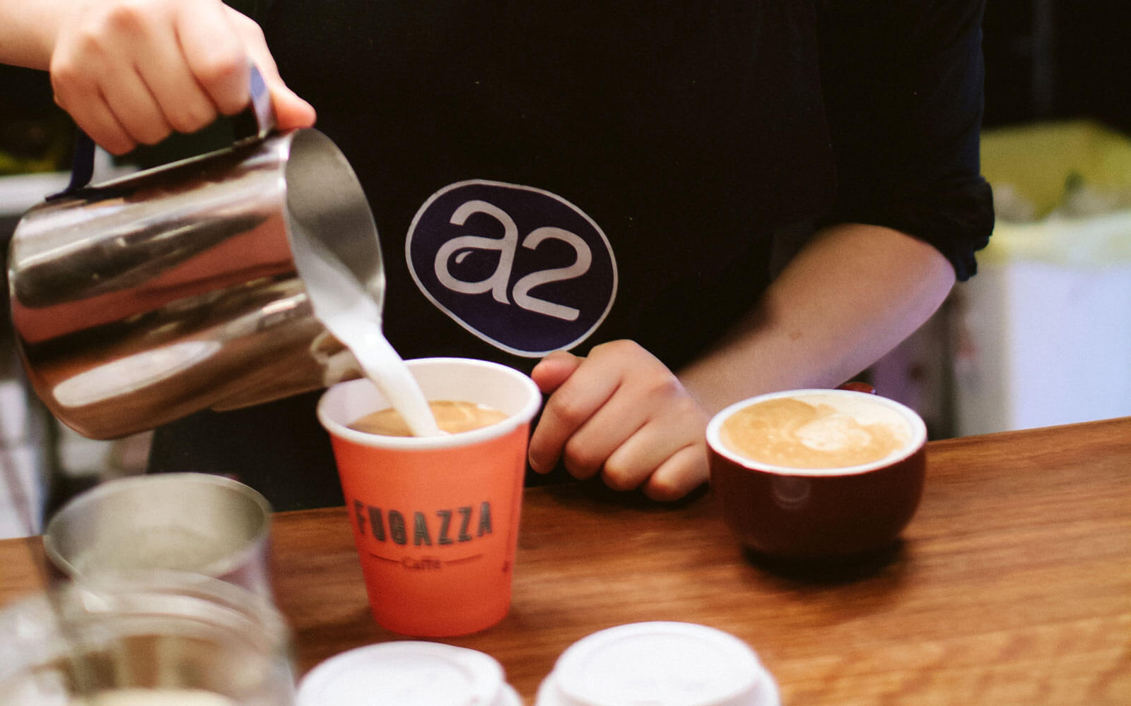 Barista bei der Kaffeezubereitung