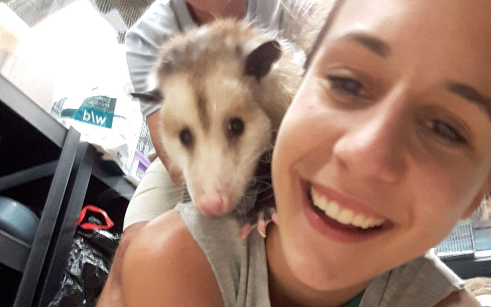 Volunteer Nina mit einem Opossum