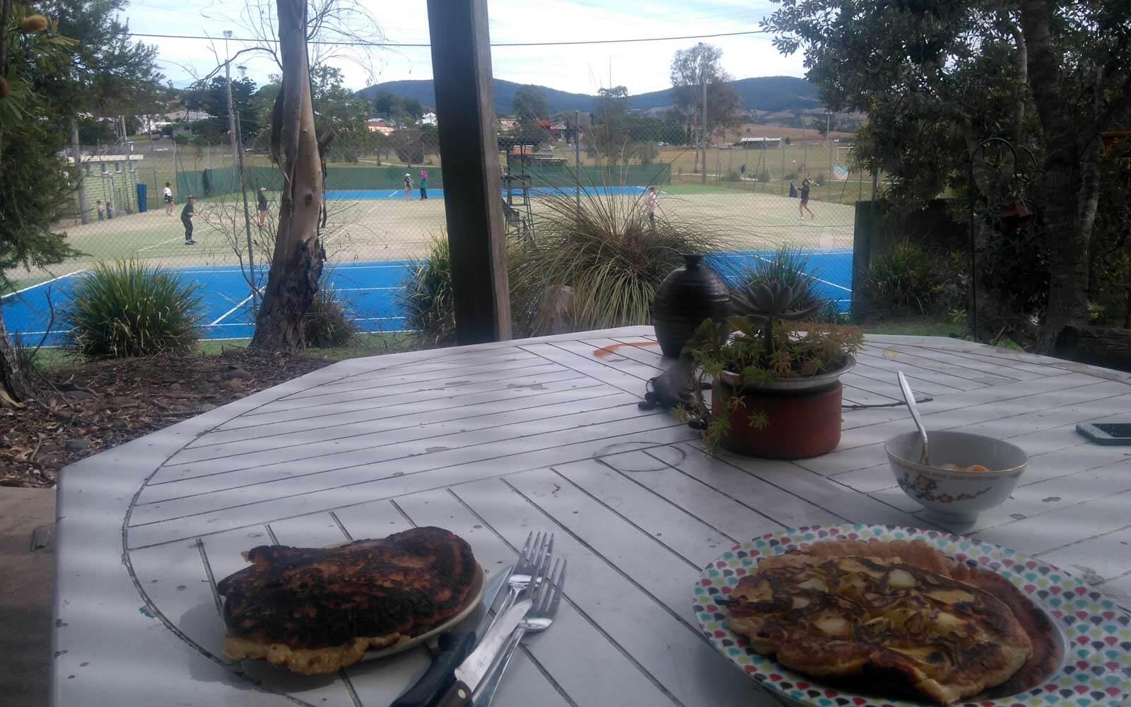 Pancakes auf der Veranda mit Aussicht zum Tennisplatz in Australien