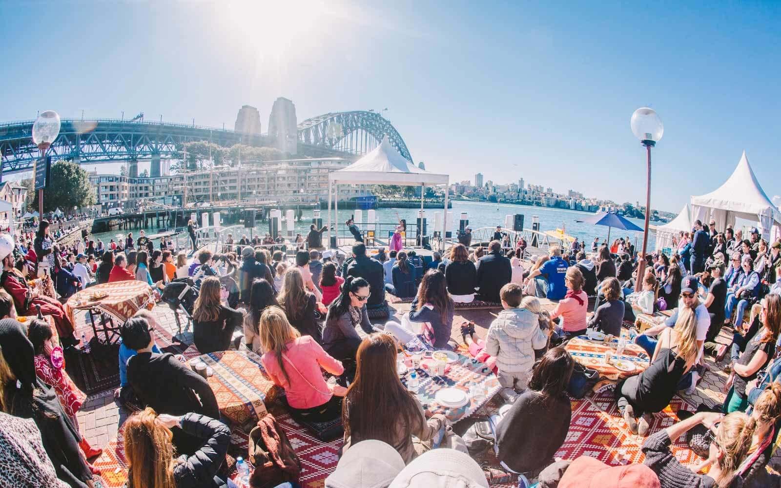 Sydney Uferpromenade mit Blick auf die Harbour Bridge