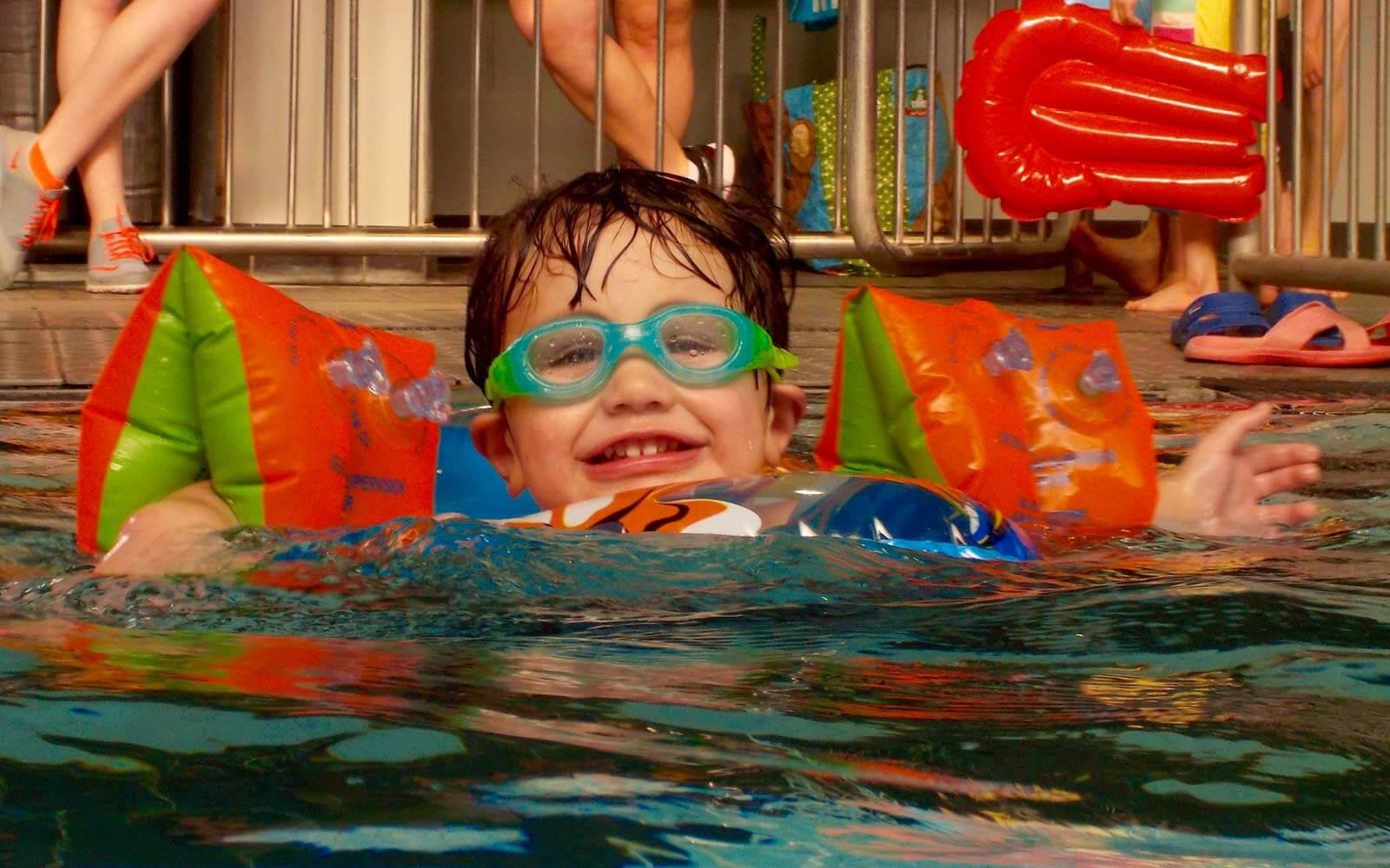 Cooper im Schwimmbad in Neuseeland