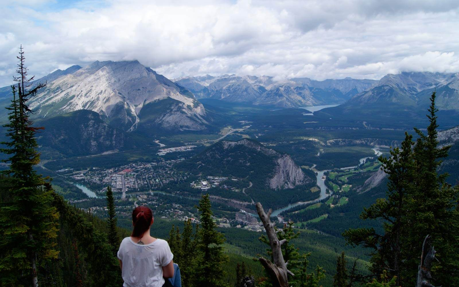 Denise genießt die Aussicht auf die Berge am Sulphur Mountain Trail in Kanada