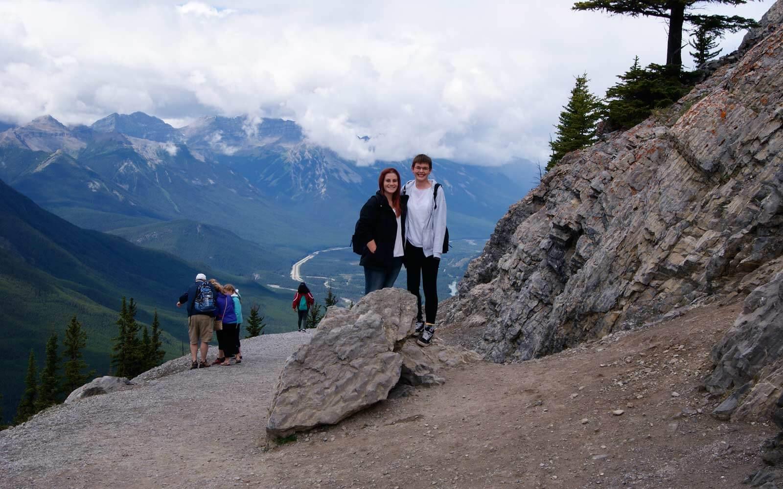 Denise und Freundin wandern den Sulphur Mountain Trail in Kanada