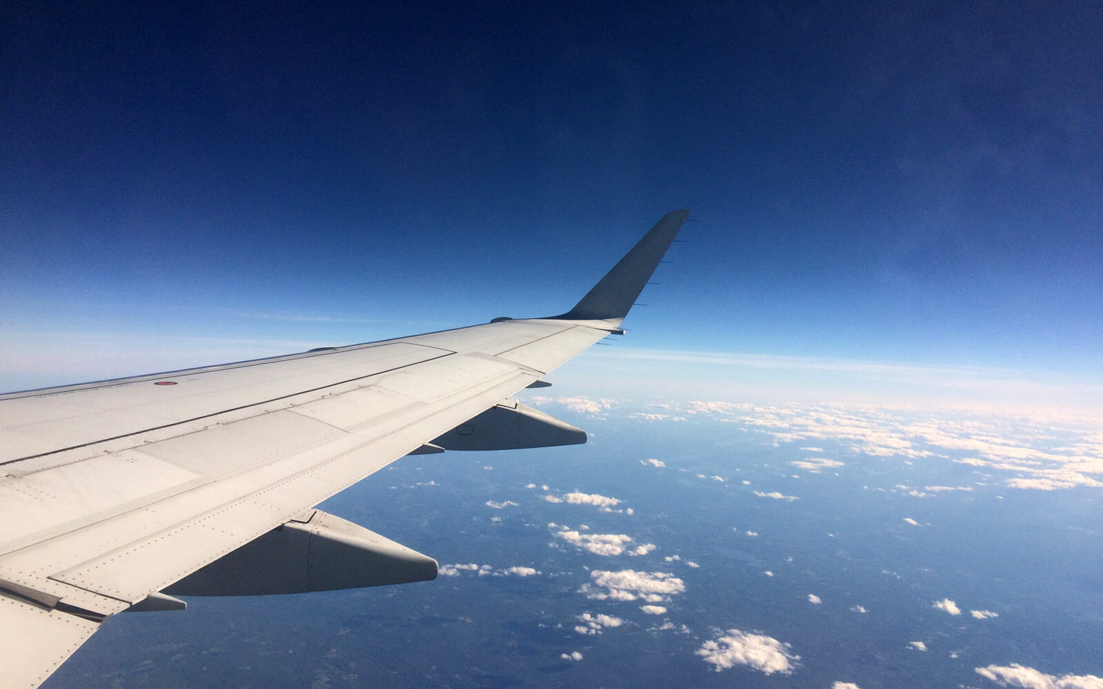 Flugzeug über den Wolken auf dem Weg nach Kanada
