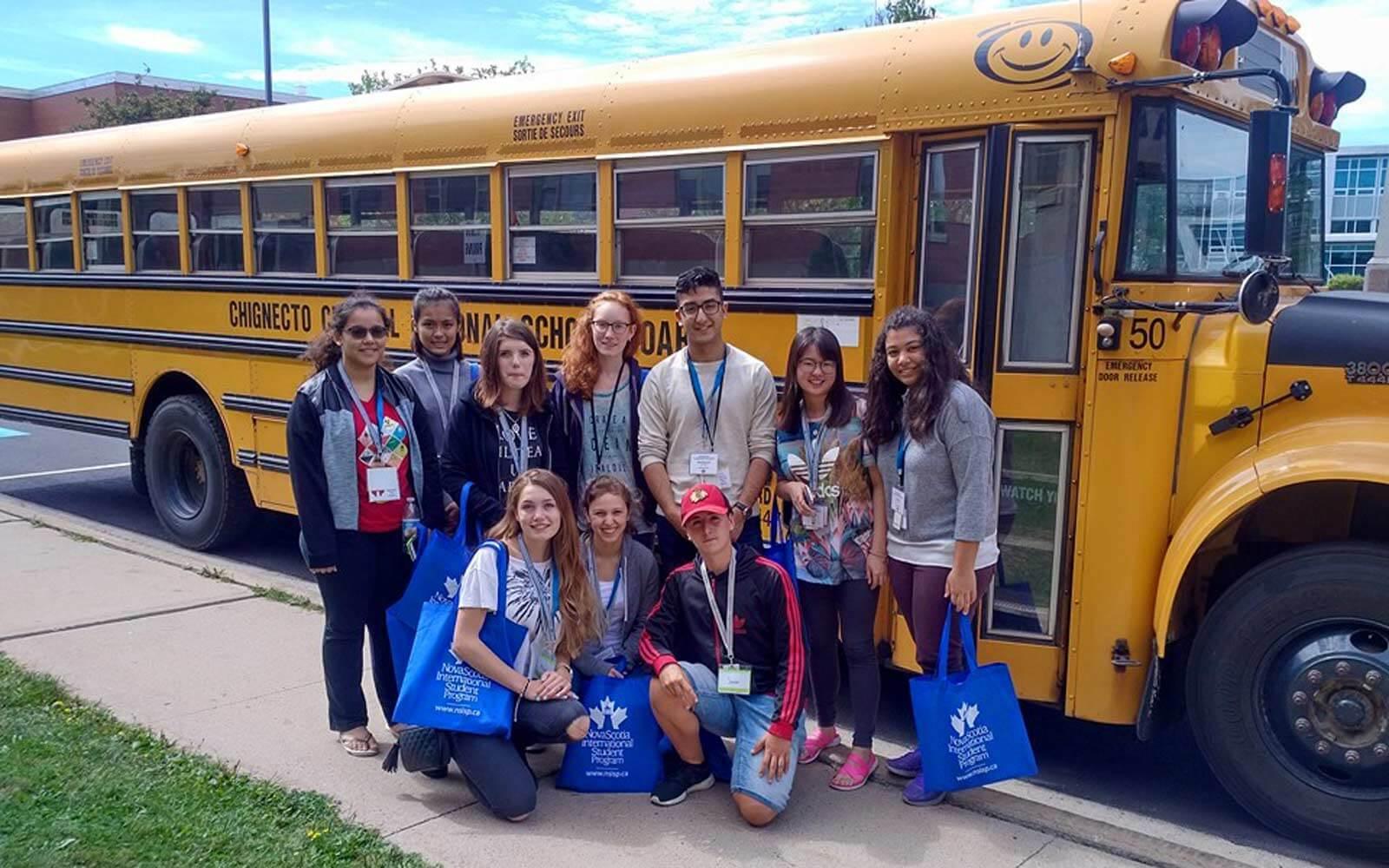 Foreign Correspondent-Camp – Gruppe vor Schulbus in Kanada