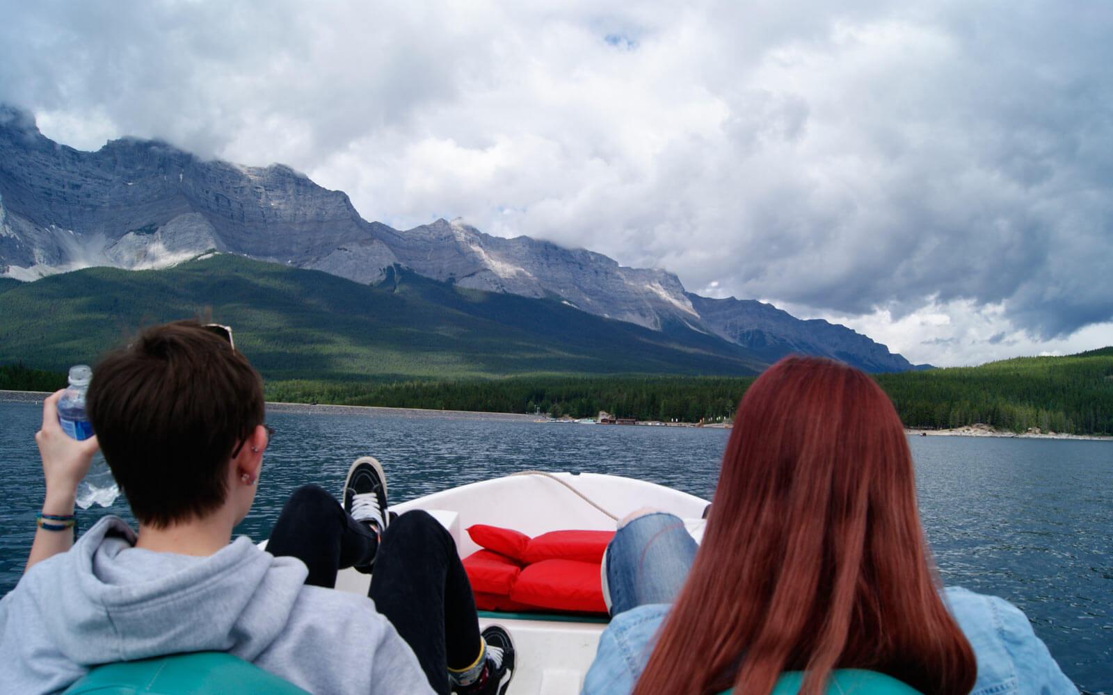 Tretboot-Tour mit Bergaussicht auf dem Lake Minnewanka in Kanada