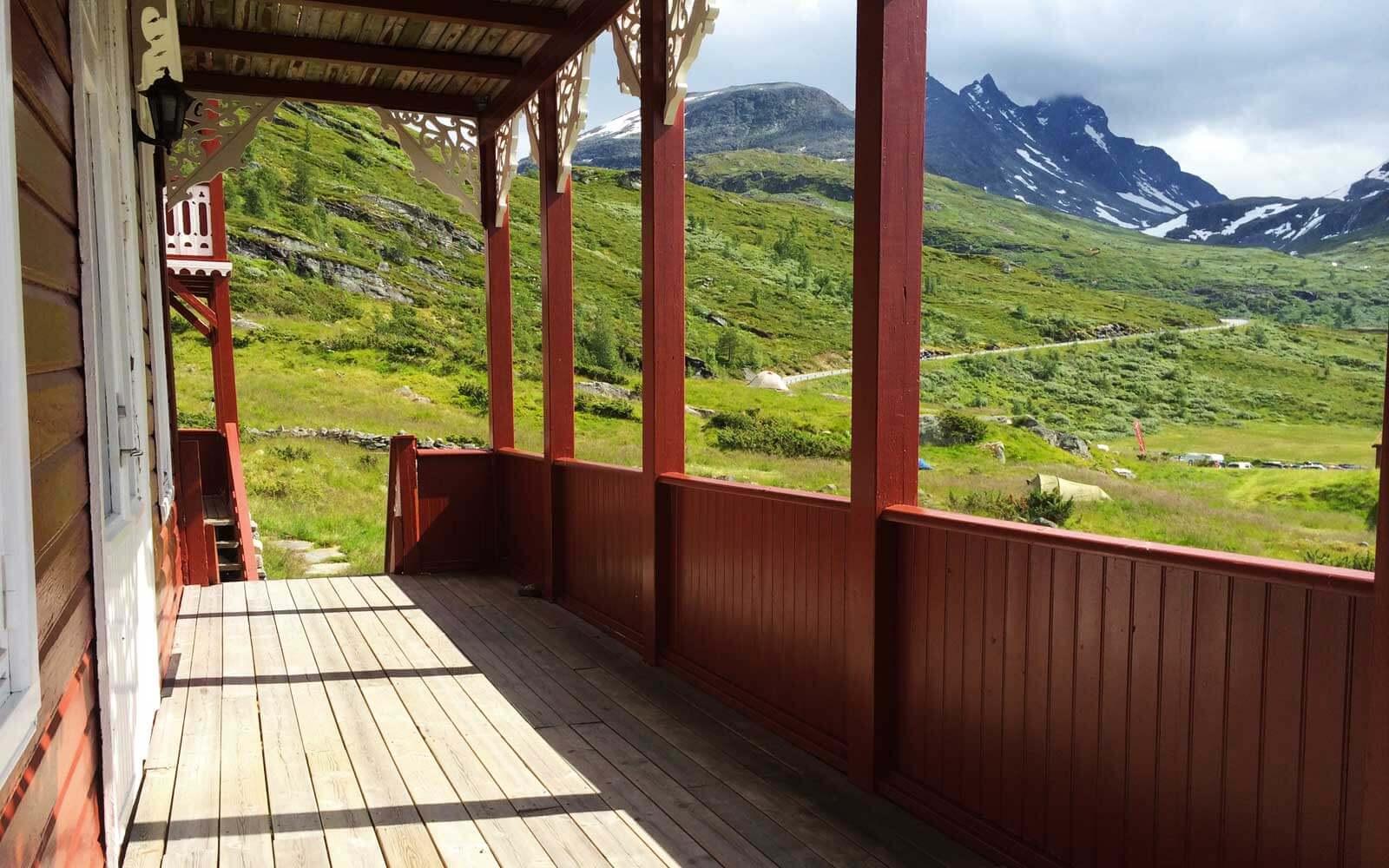 Ausblick auf die Berge von der Hotelveranda in Norwegen