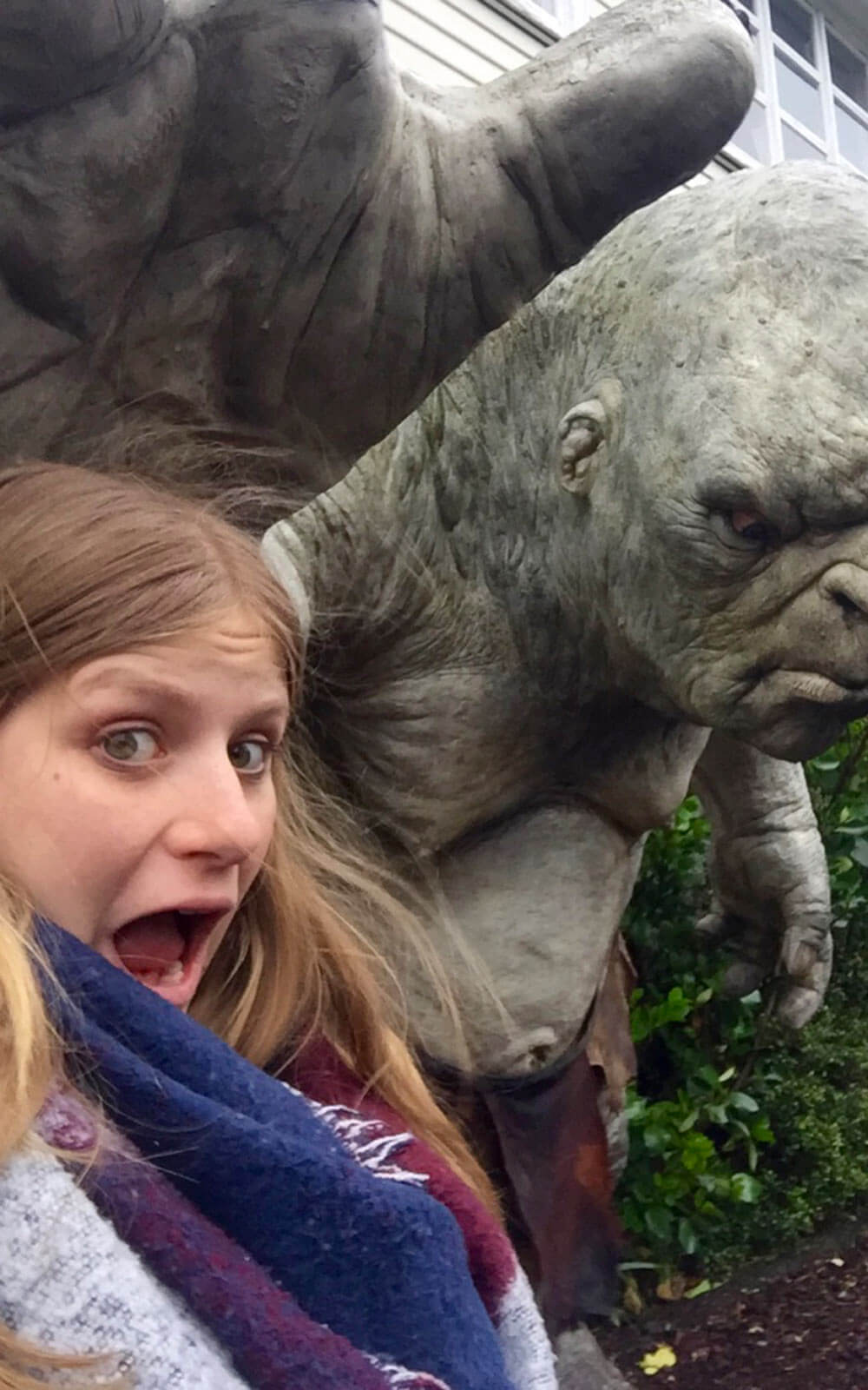 Lena mit einem Ork in den Weta Caves in Wellington, Neuseeland