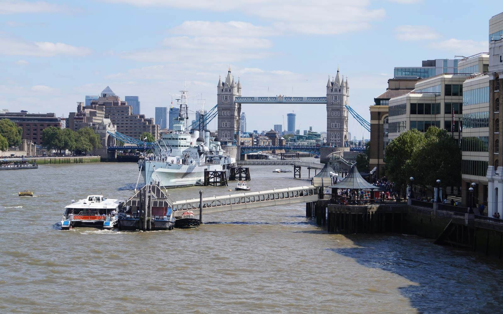 Themse mit Blick auf Tower Bridge in London