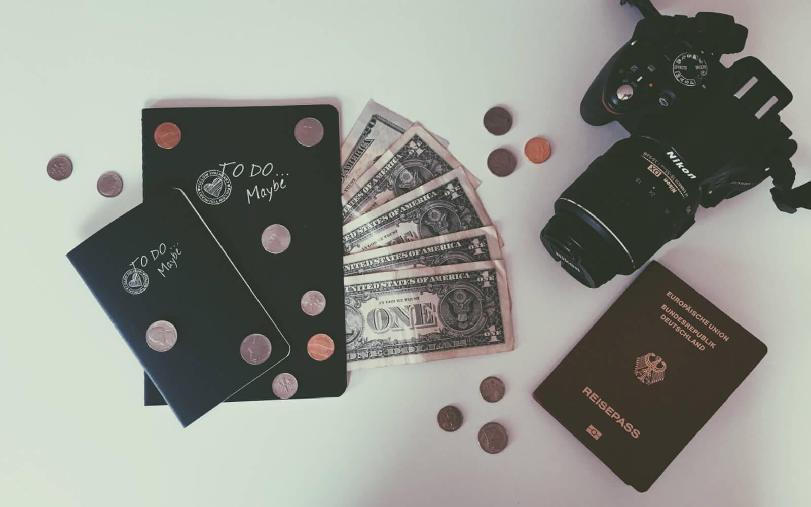 To-do-Liste, Dollars, Kamera, Reisepass – Vorbereitung auf USA-Aufenthalt