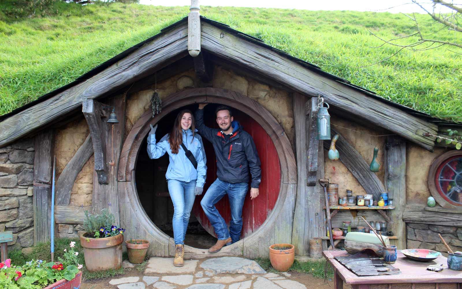 Constantin und jasmina im Hobbit Haus in Hobbiton
