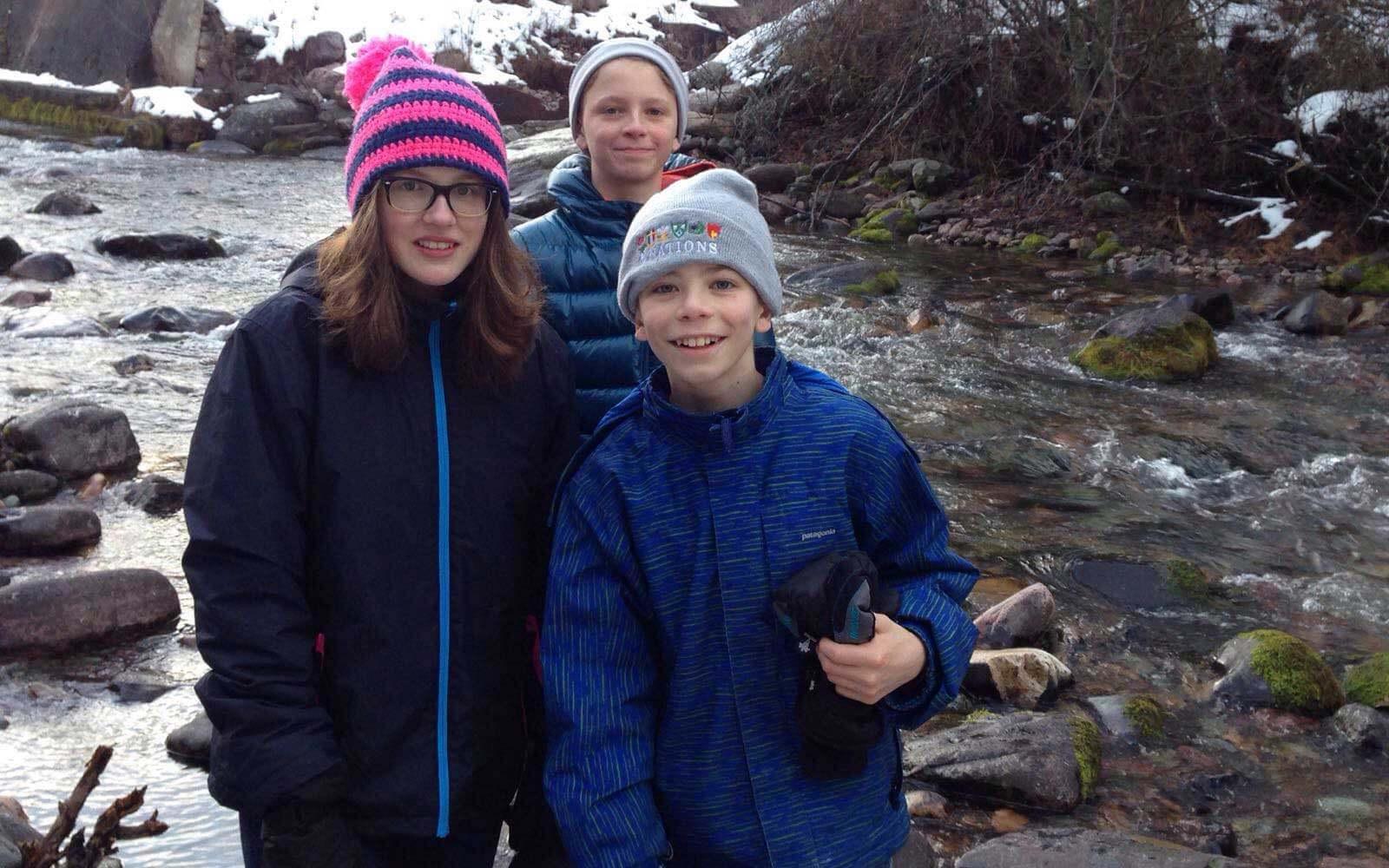 Austauschschülerin Mette mit ihren Gastbrüdern in Montana, USA