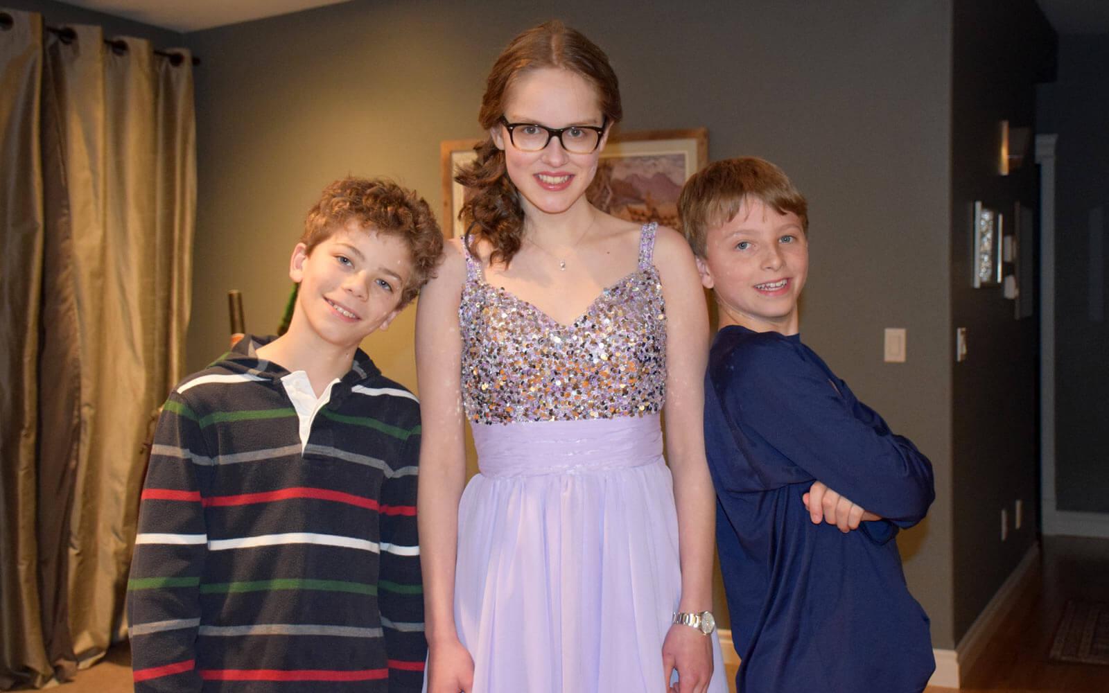 Mette im Snowball-Dress mit ihren Gastbrüdern