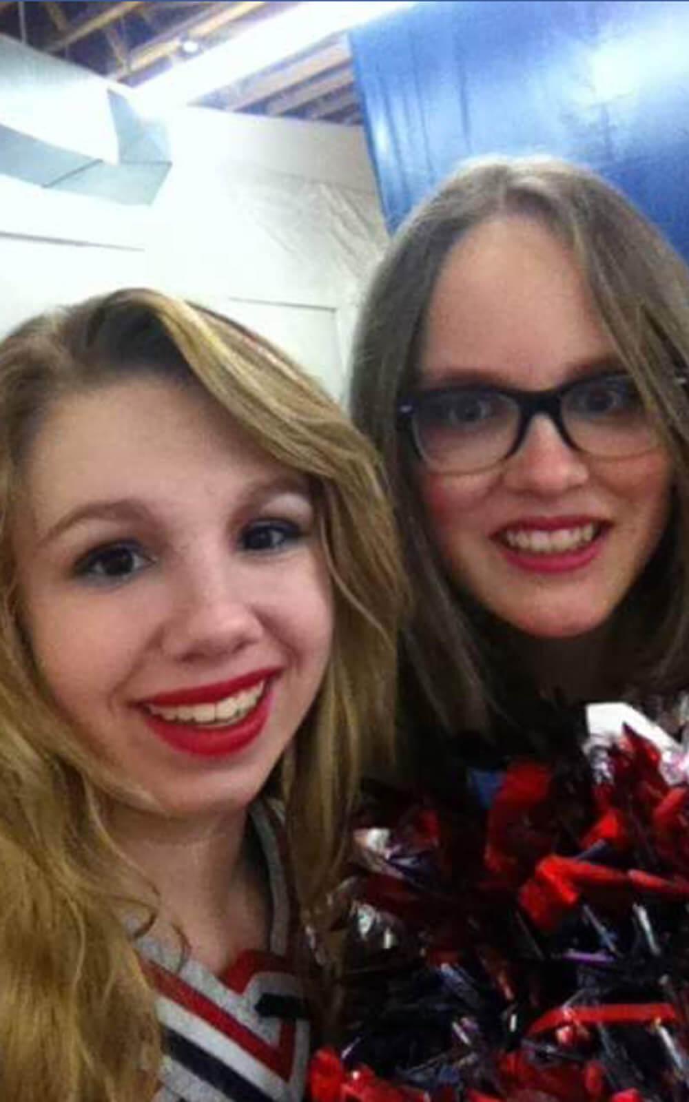 Mette mit Cheerleader-Freundin