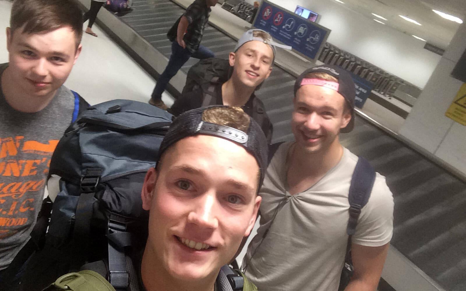 Max und andere Backpacker am Flughafen in Sydney