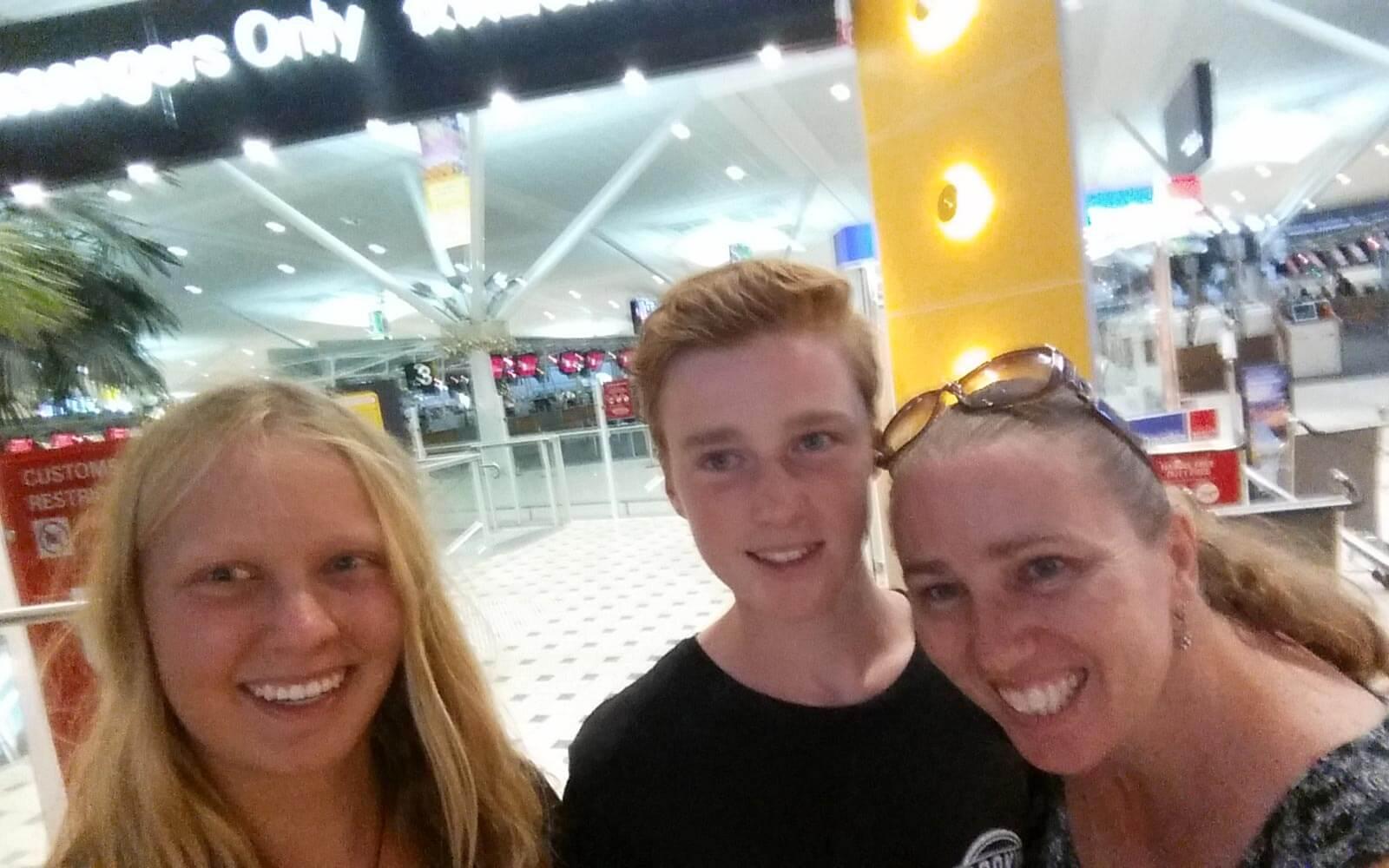 Julia mit ihrer Gastfamilie am Flughafen