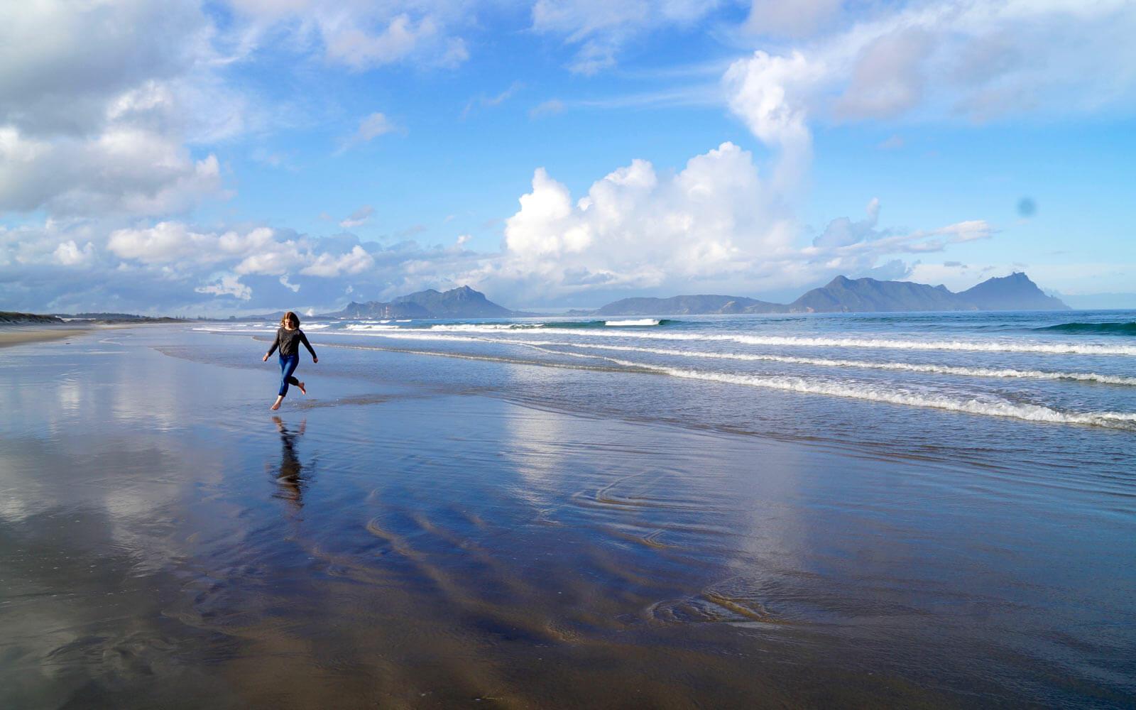 Lena am Bream Bay in Neuseeland