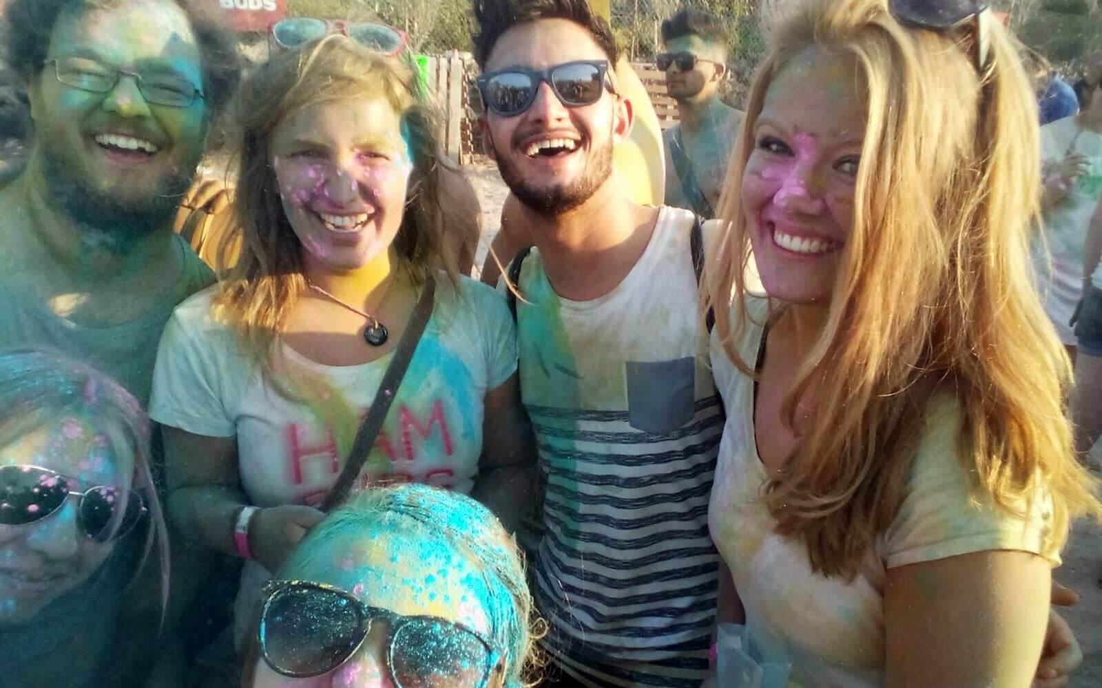 Jule mit Freunden auf dem Holi Beach Festival auf Malta