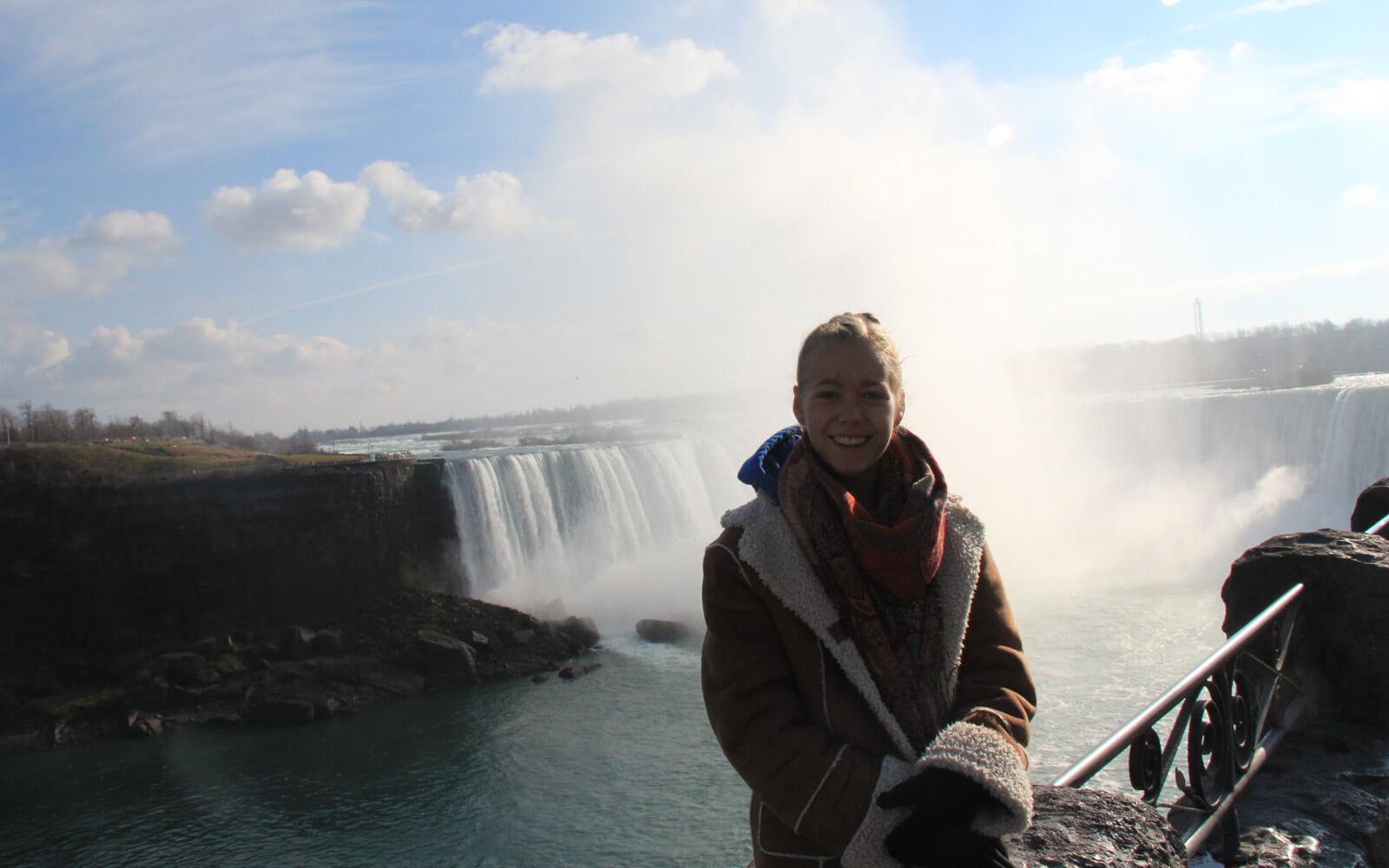 Mara vor den Niagarafällen