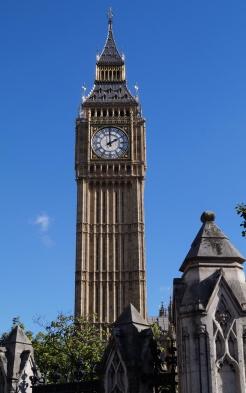 Der Big Ben in London bei schönstem blauen Himmel