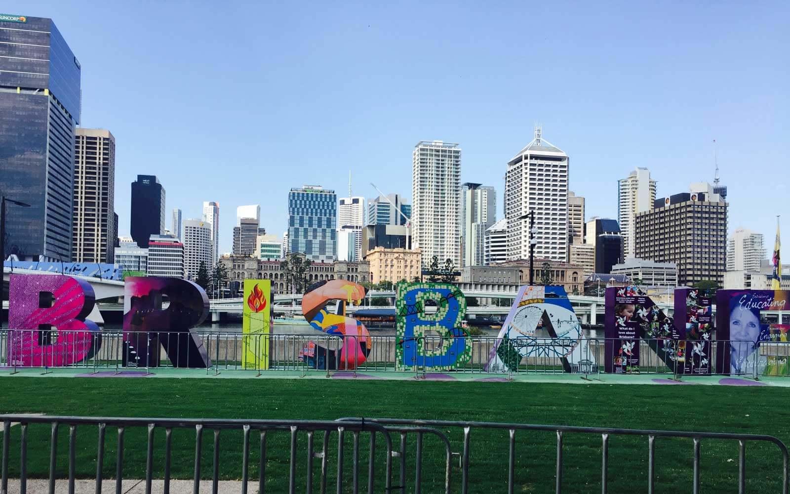 Die Skyline von Brisbane mit buntem Schriftzug »Brisbane« davor