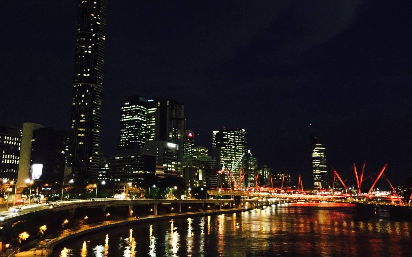 Blick auf die Skyline und den Brisbane River bei Nacht