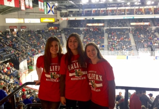 Merle in Kanada #5: Remembrance Day, Christmas Parade & richtiges Eishockey