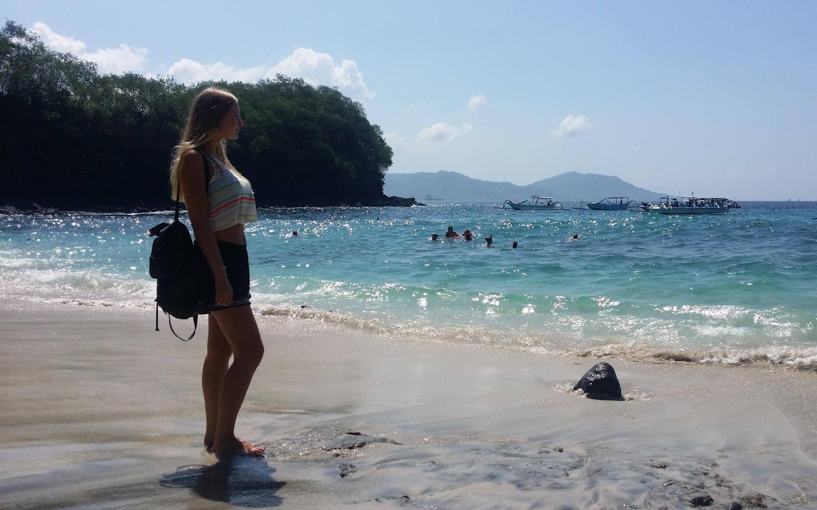 Elisa am Strand auf Bali