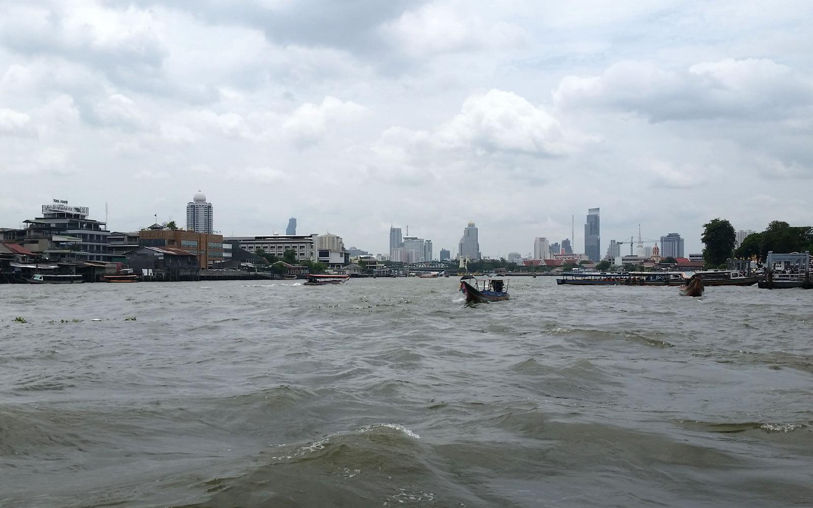 Fahrt über den Chao Praya in Bangkok