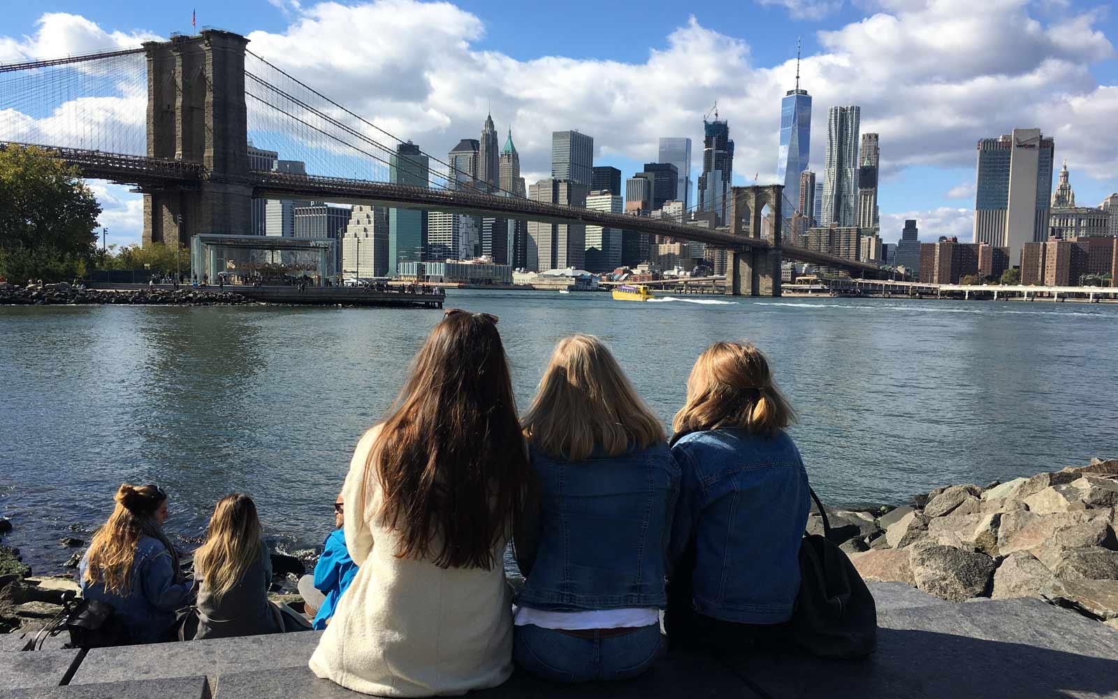 Astrid und ihre Mädels genießen Ausblick auf New Yorker Skyline