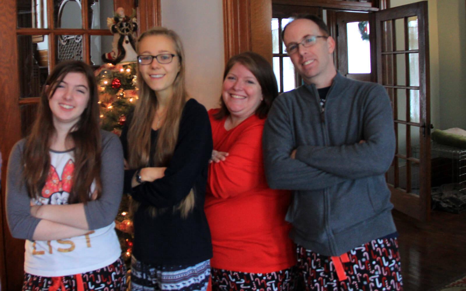 Mara mit ihrer Gastfamilie in Schlafanzughosen an Weihnachten