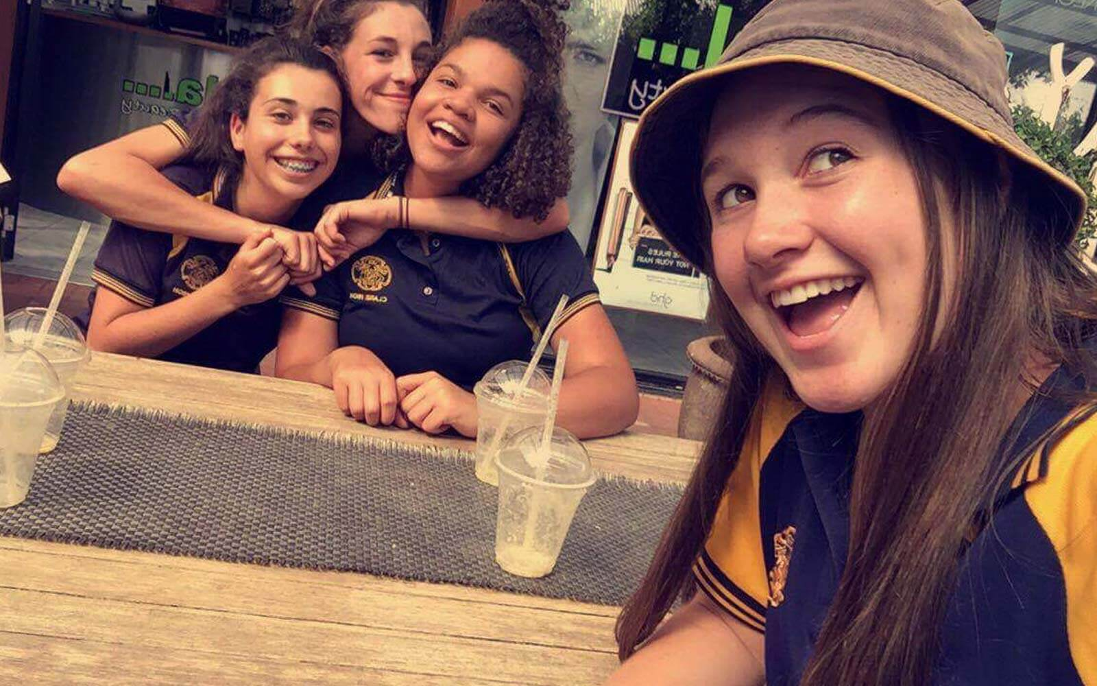 Fabienne mit High School-Freundinnen