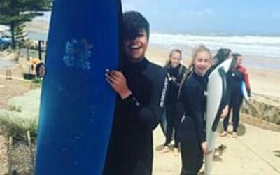 Fabiennes erste Surfstunde in Australien