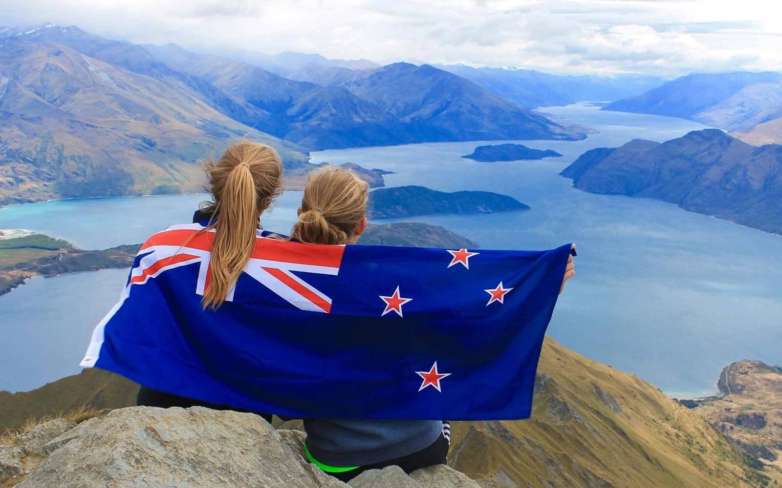 Freundinen auf Berg der neuseeländischen Südinsel