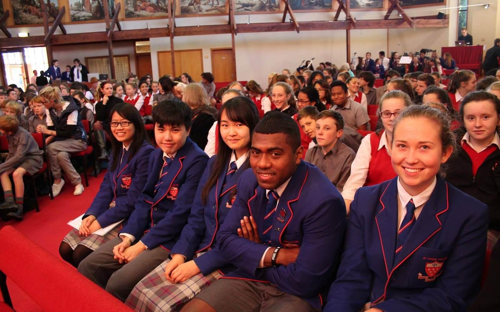 Internationals beim Gottesdienst der neuseeländischen High School