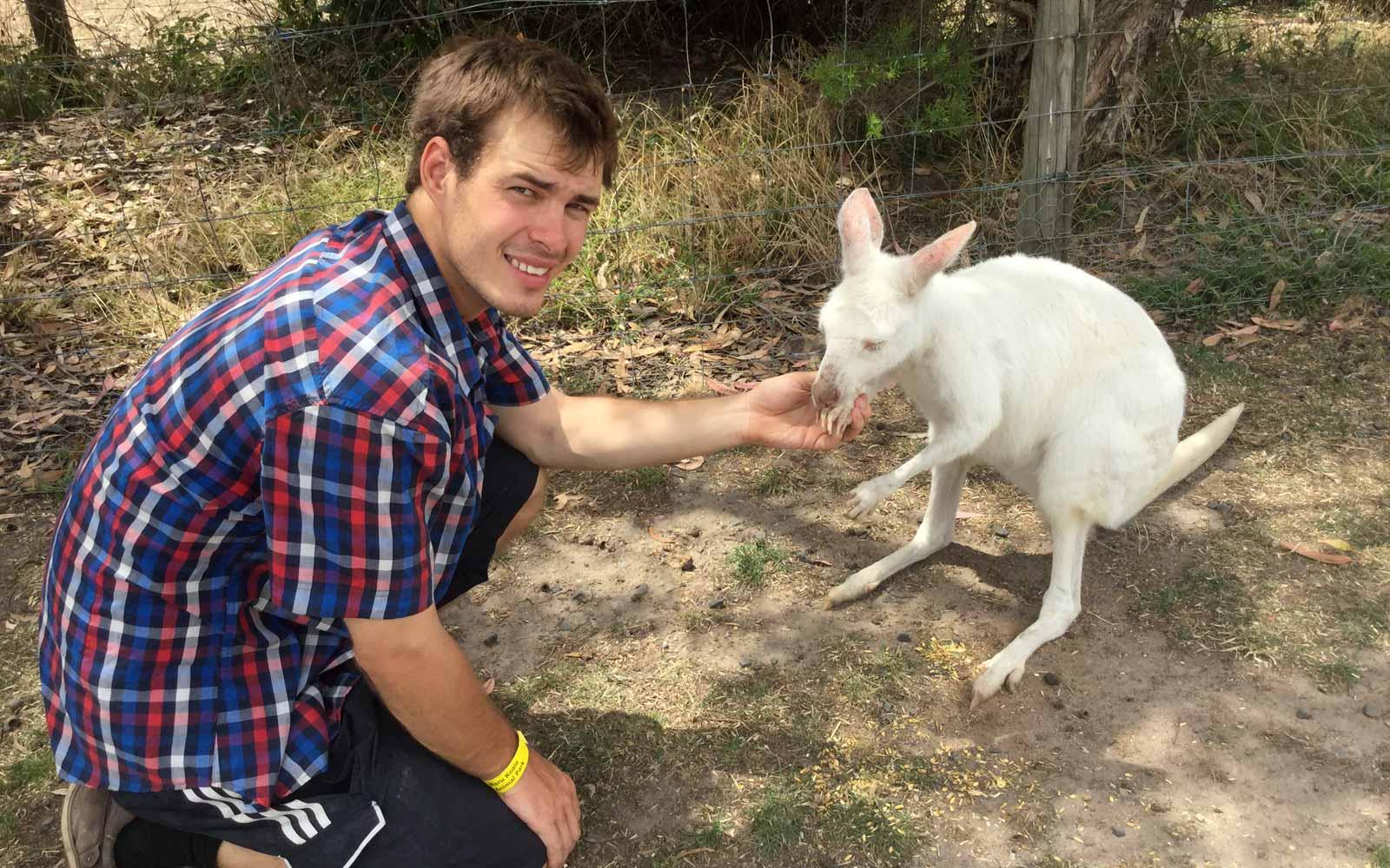 Justin mit weißem Känguru