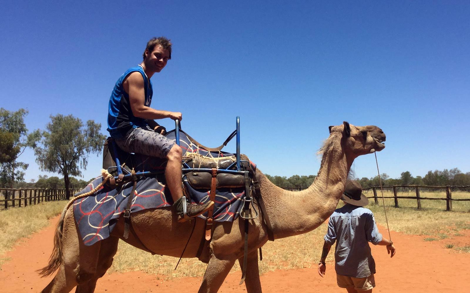Justin reitet Kamel im australischen Outback