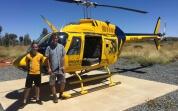 Justin und sein Freund vor Helikopter in Australien