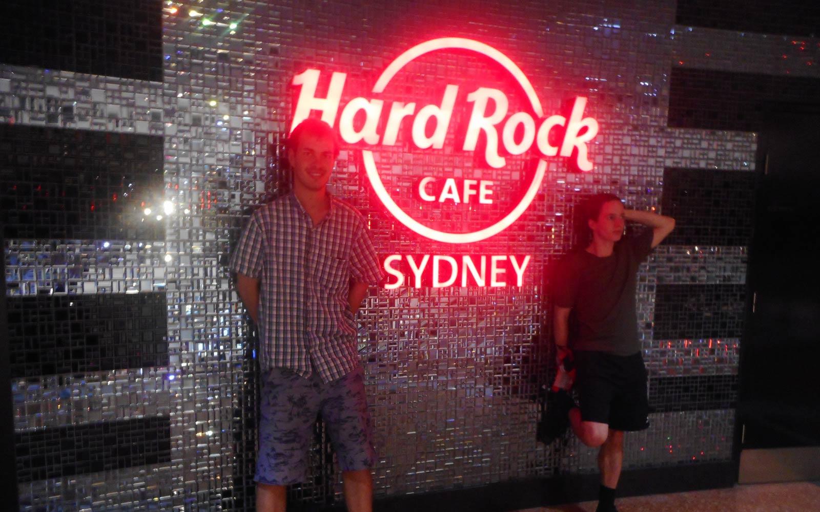 Justin und sein Freund vor dem Hard Rock Café in Sydney