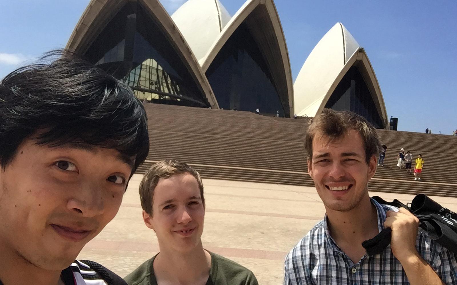 Justin und seine Freunde vorm Opera House in Sydney