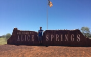 Justin vorm Alice Springs Sign