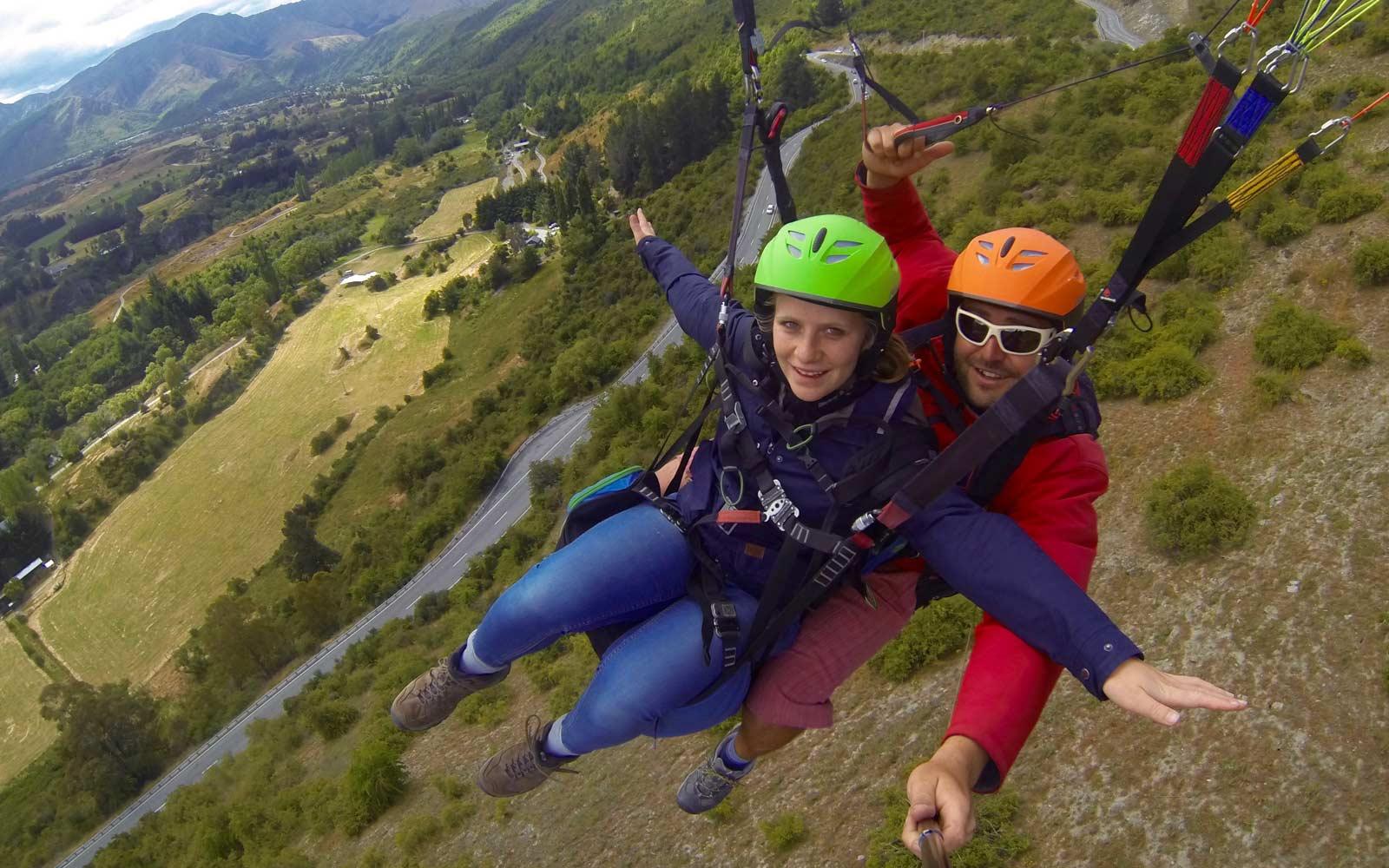 Lena beim Paragliding in Neuseeland