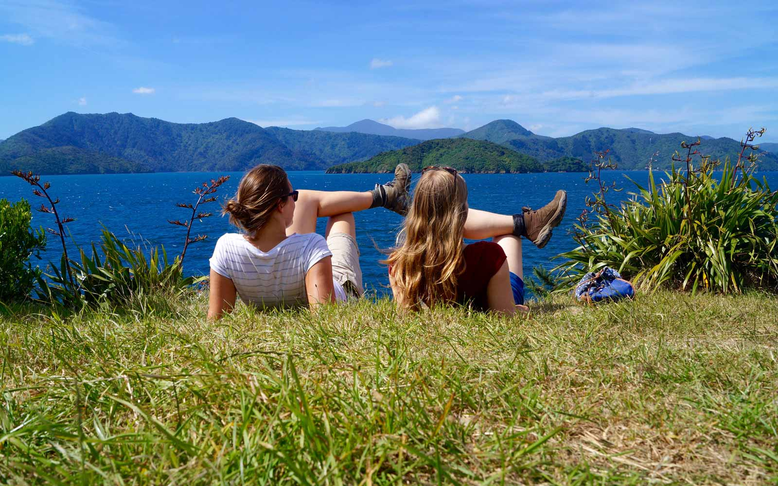 Lena und Freundin an Marlborough Sounds