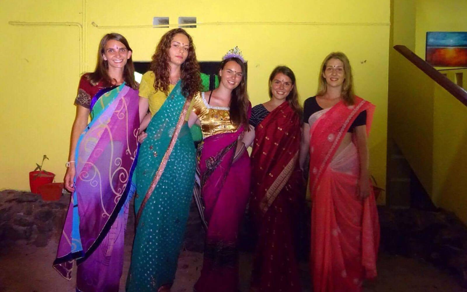 Mädchengruppe in Saris auf Sri Lanka