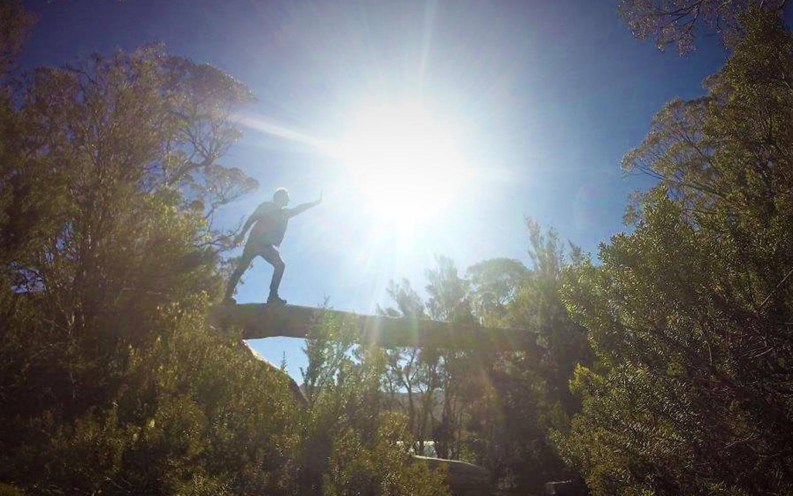 Max in der Landschaft von Tasmanien